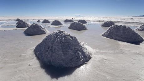 Aufschichtungen von Mineralsalzen im Salar de Uyuni in Bolivien, der größten Salzpfanne der Erde, die eines der weltweit bedeutendsten Lithium-Vorkommen beherbergt.