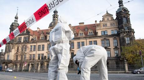 Forensiker der Polizei bei der Arbeit vor dem Residenzschloss in Dresden.