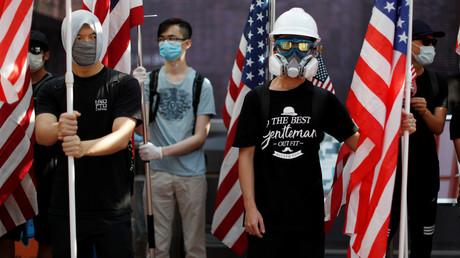 Anti-Regierungsdemonstranten halten US-Flaggen während einer Kundgebung am 20. September 2019 an der Universität von Hongkong.