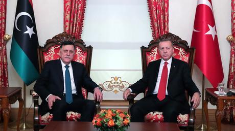 Der von der UNO und auch von Deutschland anerkannte Ministerpräsident Libyens Fayiz as-Sarradsch am 27. November zu Besuch beim türkischen Präsidenten Recep Tayyip Erdoğan in Istanbul