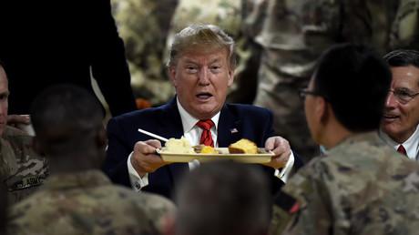 US-Präsident Donald Trump serviert den US-Truppen auf dem Bagram Airfield während eines Überraschungsbesuchs am 28. November 2019 in Afghanistan ein Thanksgiving-Dinner.