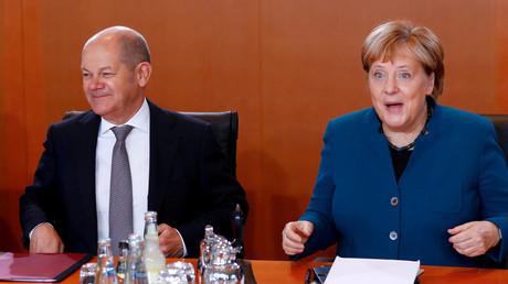 Finanzminister Scholz neben Bundeskanzlerin Angela Merkel bei einer Kabinettssitzung im November 2019