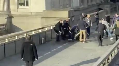 Anschlag in London: Mann bekämpft Attentäter mit Narwal-Stoßzahn