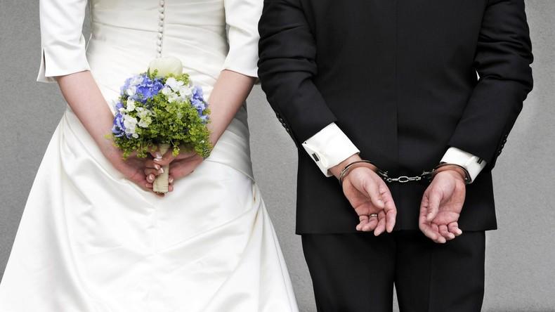 Handschellen statt Eheringe: Falsche Braut verhaftet Bräutigam während Hochzeit