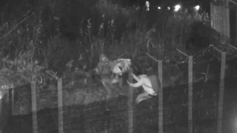 Ungarische Polizei veröffentlicht Aufnahmen von Migranten, die über Grenzzäune klettern
