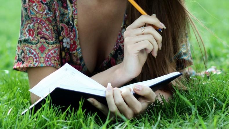 Schweiz: Lehrer lässt Schülerin Aufsatz über eigene Brüste schreiben
