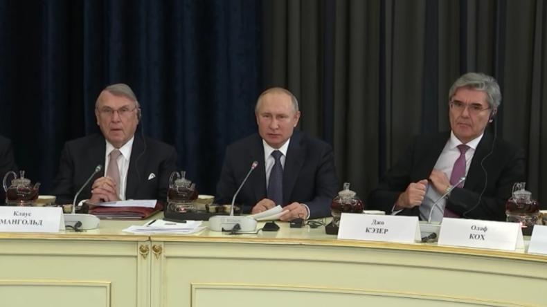 """""""Was ist los?"""" – Putin spricht bei Treffen mit deutschen Wirtschaftsvertretern plötzlich deutsch"""