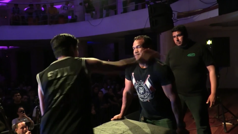 Skurriler Männertrend erreicht Peru: Teilnehmer kassiert K.o.-Klatsche bei Backpfeifen-Contest