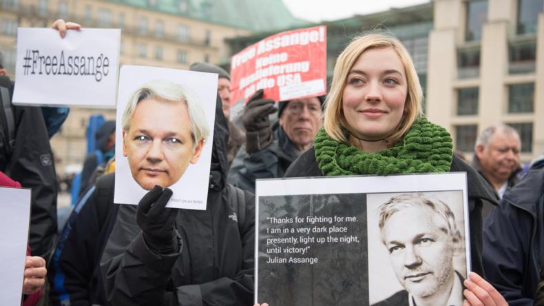 Kerzen für Assange am Brandenburger Tor