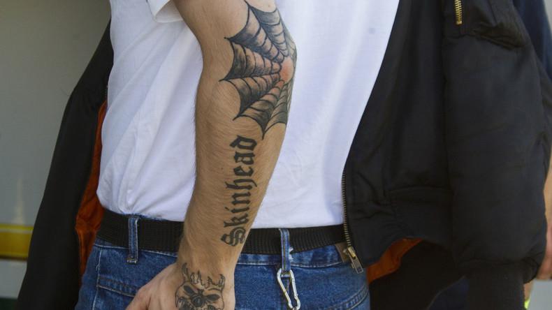 Kündigung von Lehrer mit rechtsextremen Tattoos unwirksam