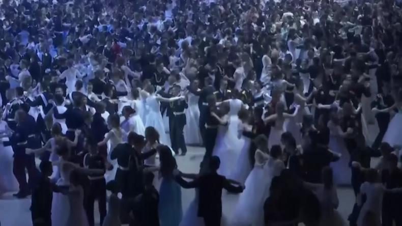 Prachtvoller Kadettenball in Moskau: Hunderte Paare tanzen traditionell zu klassischer Musik