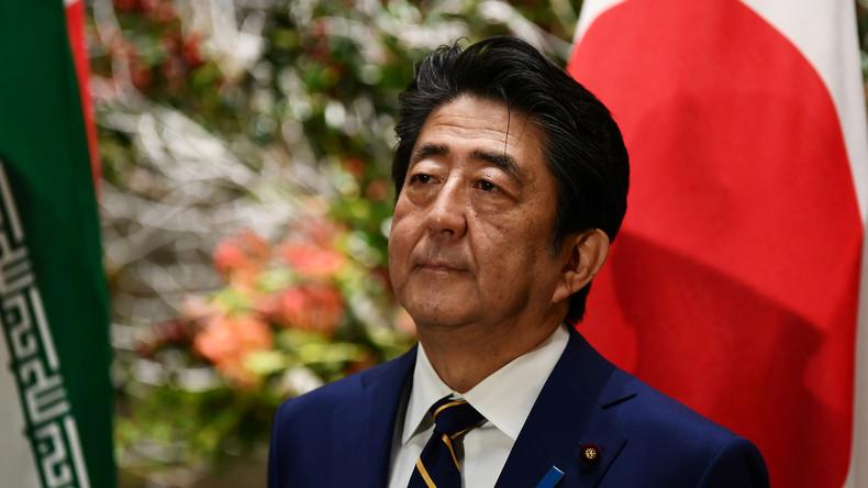 Keine Alternative: Japans Premier Abe hält sich trotz Skandals weiter im Amt