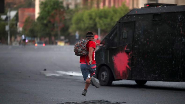 Chile: Zwei Polizeiwagen quetschen Protestler ein – Polizei stuft Vorfall als Verkehrsunfall ein
