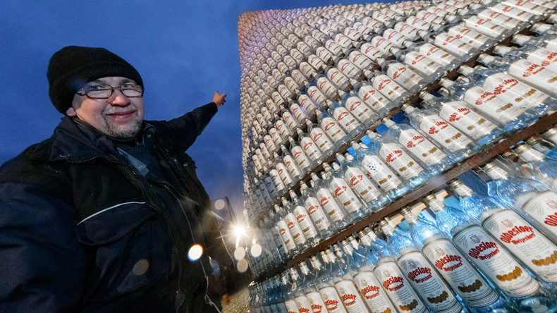 Schnapsidee? Weihnachtsbaum aus 5.038 Schnapsflaschen stellt Weltrekord auf