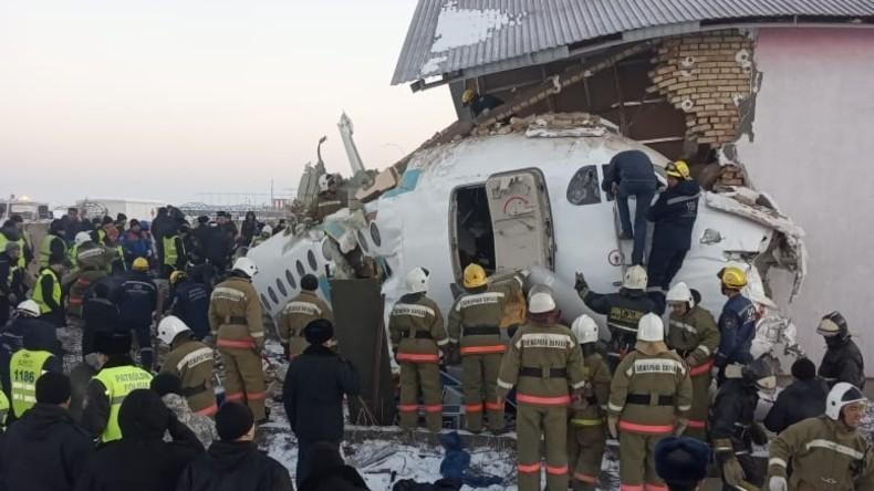 Kasachstan: Passagierflugzeug stürzt ab und kollidiert mit Gebäude