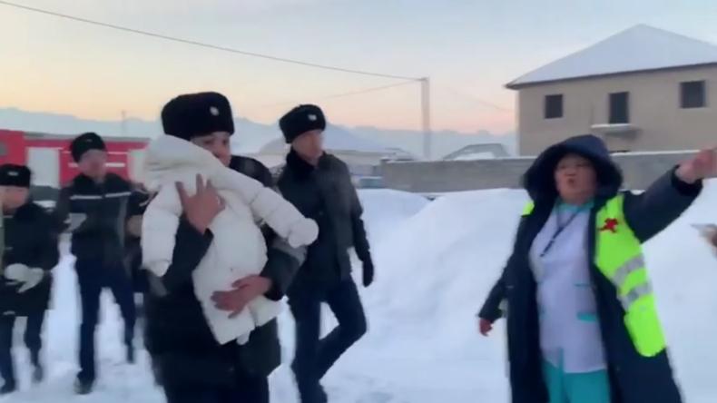 """""""Ich habe meine Pflicht getan"""" – Polizist rettete Baby aus Wrack der abgestürzten Fokker 100"""
