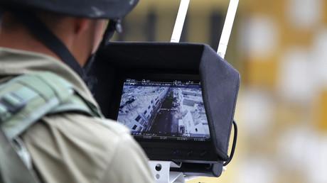Ein israelischer Soldat beobachtet die Live-Übertragung einer Überwachungsdrohne aus der Stadt Hebron (Bild vom 30.09.2015).