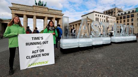 Die Umweltgruppe Greenpeace protestiert vor dem Brandenburger Tor in Berlin, Deutschland, am 14. Mai 2019.