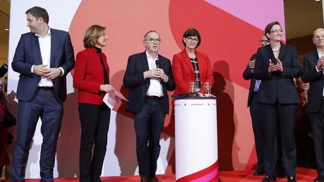 Die designierten SPD-Vorsitzenden Walter-Borjans und Esken nach der Bekanntgabe des Mitgliederentscheids am Samstag