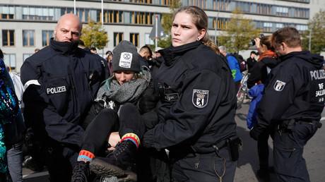 Opfer von Spuckattacken: Berliner Polizisten im Einsatz im Oktober 2019