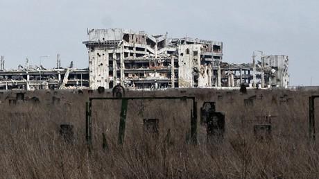 Gespenstisches Bild: Der zerstörte Friedhof eines Frauenklosters am zerstörten Donezker Flughafen
