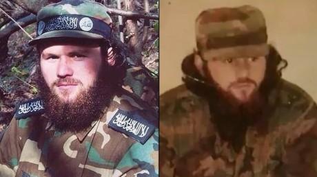 Selimchan Changoschwili in Kampfmontur mit dem Schwarzen Banner der Islamisten
