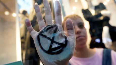 Ein Mitglied der Gruppe Extinction Rebellion nimmt an einem Protest während der UN-Klimakonferenz (COP25) in Madrid, Spanien, am 4. Dezember 2019 teil.