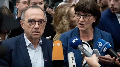 Saskia Esken, Bundesvorsitzende der SPD, und Norbert Walter-Borjans, Bundesvorsitzender der SPD, sprechen am Rande des SPD-Bundesparteitags zu den Medienvertretern.