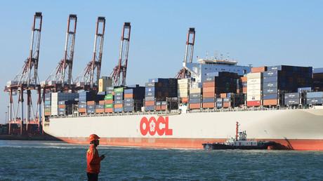 Chinesisches Containerschiff im Hafen von Qingdao/China (Bild vom 19.10.2018).