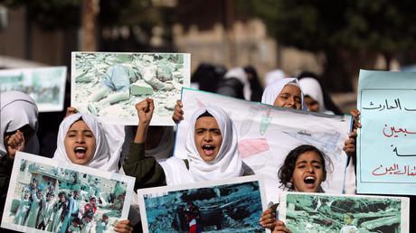 Mädchen demonstrieren am Weltkindertag gegen die Gewalt gegen Kinder im Jemen-Krieg, Sanaa, Jemen, 20. November 2019.