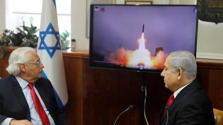 Symbolbild: Der israelische Ministerpräsident Benjamin Netanjahu und der US-Botschafter David Friedman sehen sich gemeinsam eine Live-Übertragung eines Tests des gemeinsam von den USA und Israel entwickelten Raketenabwehrsystems Arrow 3 an (Juli 2019).