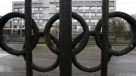 Ein Blick durch einen mit Olympiaring geschmückten Zaun zeigt ein Gebäude der föderalen staatlichen Haushaltsbehörde, in dem sich ein von der Welt-Anti-Doping-Agentur (WADA) akkreditiertes Labor in Moskau befindet.