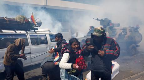 Trauerzug mit durch Sicherheitskräfte getötete Demonstranten wird von der Polizei mit Tränengas beschossen und muss in Folge die Särge auf der Straße zurücklassen, La Paz, Bolivien, 21. November 2019