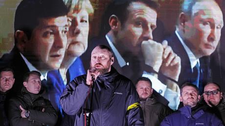 Die ukrainischen Ultra-Nationalisten behalten ihren Präsidenten im Auge. Auf dem Bild: Die Anführer des Nationalen Korps auf der Bühne vor dem Amt des Präsidenten in Kiew während der Live-Übertragung der Abschlusskonferenz des N4-Gipfels. Das Motto ihrer Protestaktion lautet: