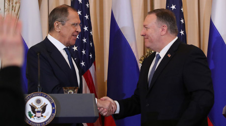 Der russische Außenminister Sergei Lawrow und sein US-amerikanischer Amtskollege Mike Pompeo geben sich am Ende einer gemeinsamen Pressekonferenz im Außenministerium in Washington, USA, am 10. Dezember 2019 die Hand.