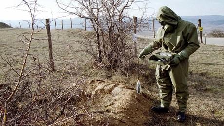 Symbolbild: Ein Soldat der jugoslawischen Armee misst radioaktive Strahlung. Bei dem Angriff auf Jugoslawien 1999 hatte die NATO auch Munition mit abgereichertem Uran eingesetzt (Preševo, 10. Januar 2001).