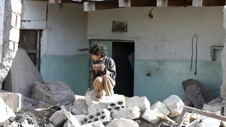 Ein kleiner Junge auf Trümmern nach einem Luftangriff der saudischen Koalition in einem Wohngebiet nahe dem Flughafen Sanaa am 26. März 2015.