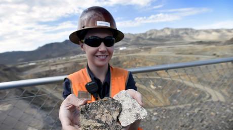 Ein Stück Erz mit Seltenen Erden in einer kalifornischen Mine im Juni 2015