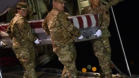 US-Militärs tragen den Sarg des 21-jährigen US-Soldaten Cameron S. Walters, der am 8. Dezember auf der Militärbasis Pensacola im US-Bundesstaat Florida von einem saudischen Soldaten getötet wurde.