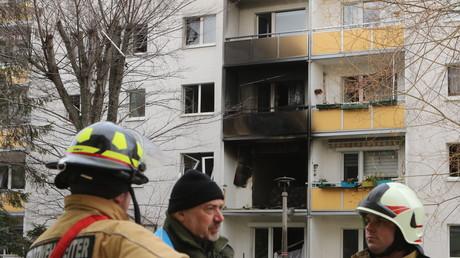 Explosion in einem Mehrfamilienhaus im Harz-Ort Blankenburg: Feuerwehr und Polizei sind vor Ort.