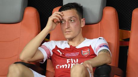 Mesut Özil sitzt am 29.05.2019 enttäuscht im Arsenal-Trikot auf der Bank. Seine Mannschaft hat gerade das Finale der Europa League gegen FC Chelsea im Olympiastadion von Baku verloren.