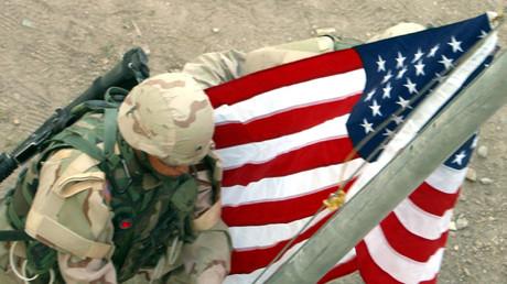 Zeremonie der Hissung einer US-Flagge, Bagdad, Irak, 29. Juni 2004.