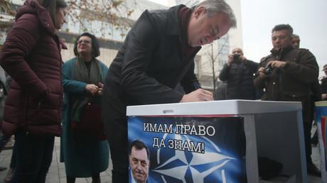 Branislav Borenović, der Führer der Oppositionspartei für demokratischen Fortschritt (PDP) unterzeichnet die Petition gegen den NATO-Beitritt.