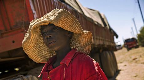 (Archivbild). Ein Kind neben einem Lastwagen mit Steinen aus einer Kobalt-Mine. Demokratische Republik Kongo am 23. Mai 2016.