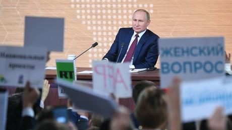 Wladimir Putin steht auf seiner großen Pressekonferenz Journalisten Rede und Antwort