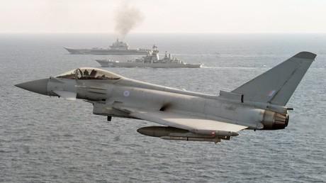 Britische Militärjets patrouillieren russische Militärschiffe in der Ostsee. Bei solchen Manövern ist das Risiko für Zwischenfälle besonders groß, warnt der russische Abrüstungsexperte Wiktor Mizin.