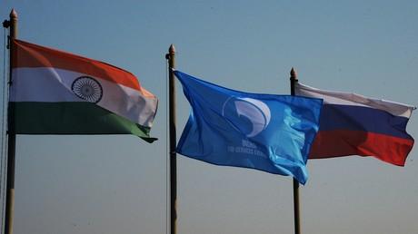 Manöver INDRA 2019: Stärkung der strategischen Beziehungen zwischen Indien und Russland Symbolbild: Staatsflaggen Indiens (li.) und Russlands (re.) und die Flagge der internationalen teilstreitmachtübergreifenden Übung