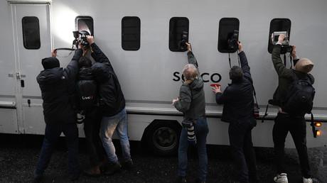 Fotografen versuchen ein Bild von Julian Assange zu schießen, der in diesem Gefangenentransporter am 20. Dezember zu einer Anhörung vor dem Westminister Gericht in London gebracht wird.