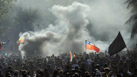 In Chile, dem Musterland des Neoliberalismus seit der Diktatur von Augusto Pinochet, ist die Grenze des sozial Verträglichen für die breite Masse der Bevölkerung überschritten. Der Staat reagiert mit massiver Gewalt – und dem Plan einer Verfassungsreform.