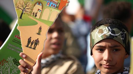 Während Union, SPD, und FDP einen Antrag zum Verbot der Hisbollah mit dem Schutz Israels begründen, erhält die Partei im Libanon viel Unterstützung. Bild: Palästinensische Flüchtlinge im Libanon erinnern an die Vertreibung aus Palästina.